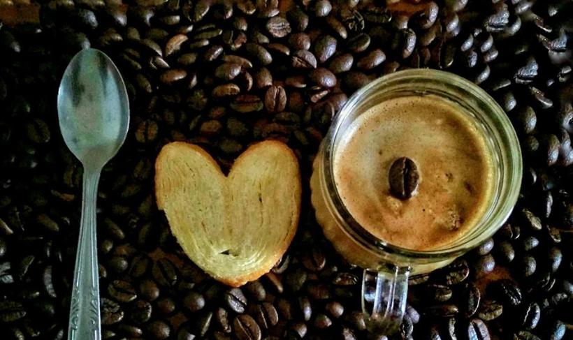 Cara Menikmati Minum Kopi Campur Roti Kering di Pagi Hari