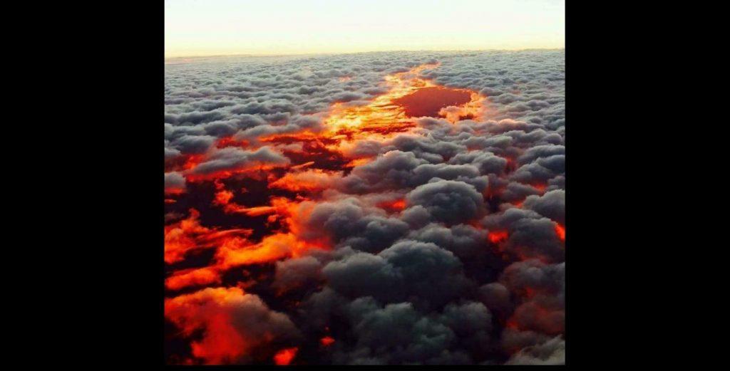 Pemandangan Cahaya Matahari Terbenam dari Atas Awan